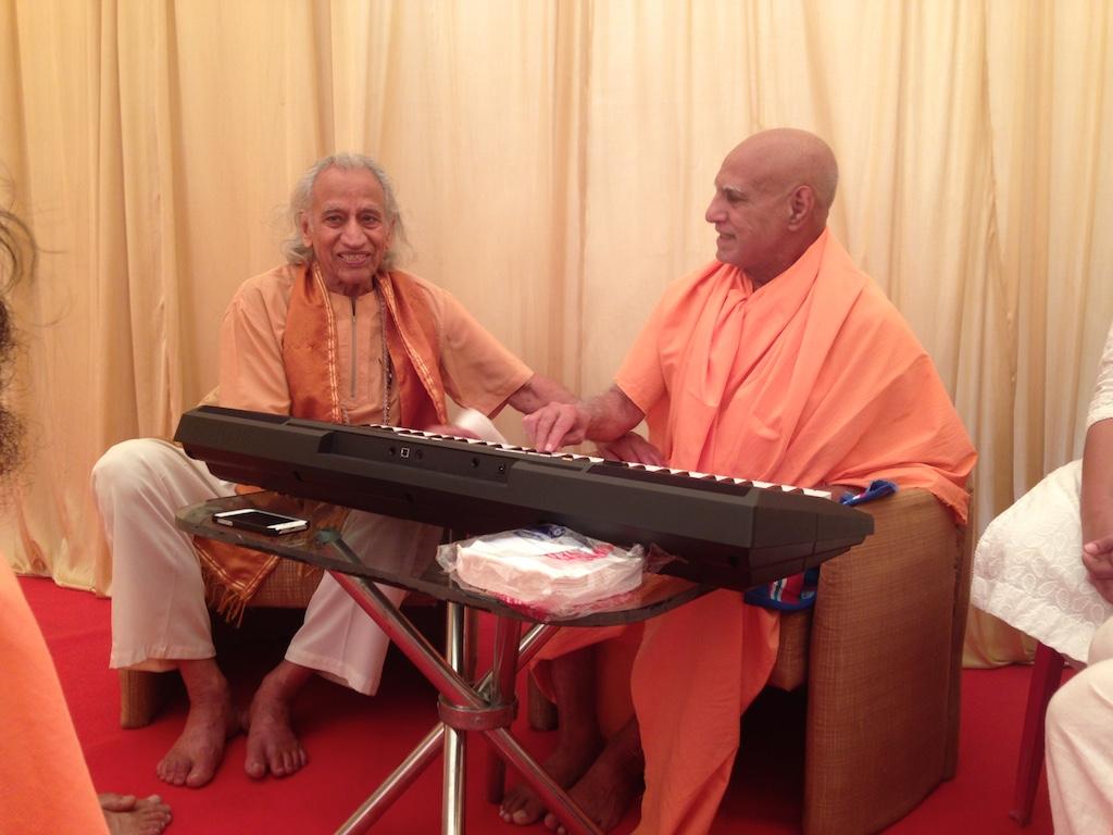 With Sadhus - Yogi Amrit Desai 4