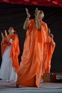 Maharaj Ji leading the Raam Dhun towards the end of the satsanga sabha.
