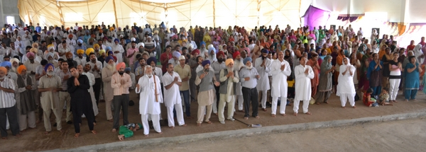 The gathering of devotees during Raam dhun towards the end of Maharaj Ji's discourse