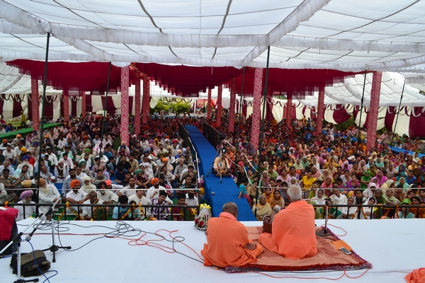 The sangat in the lovingly decorated pandala.