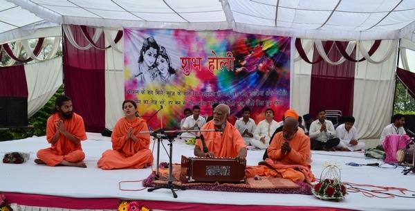 Maharaj Ji leads the festivity of Holi