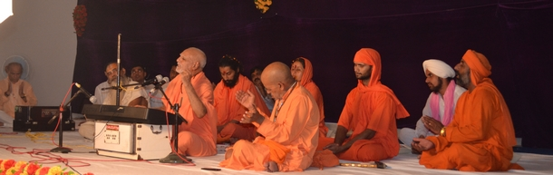 Maharaj Ji leading the Ram Dhun at the end of his discourse and the instating ceremony.