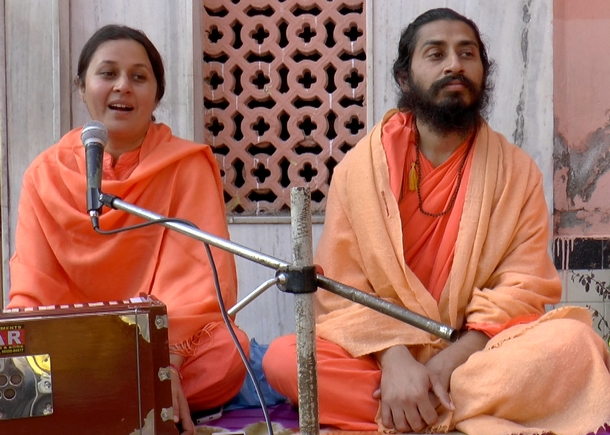 Sadhwiji spoke about love and surrender at Guru's feet, and also the her ongoing chaliyaa.