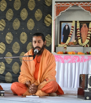 """Swamiji spoke cogently and with rich emotion about Swami Dayalu Puri Ji. Apart from that he said that just like a a drop cannot say, """"My sea"""", for it itself belongs to the vast sea, similarly, the disciple ought not say, """"My Guru"""" but instead should imbibe the spirit - """"I belong to the Guru""""."""