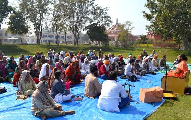 Discussion underway on the principles of sadhana in the presence of Swamiji and Tripur Shiva Peetham.