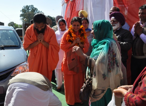 Sadhwiji and Swamiji being welcomed at the venue.