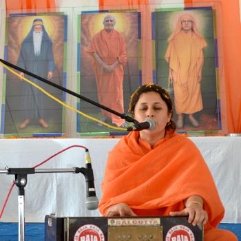 Sadhviji invoking the GUru before beginning her powerful discourse on the siginificance of the feminine.