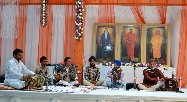 Dr. Rajesh Mohan (renowned poet- musician) from Faridkot and his students were the first musicians to perform on the night.