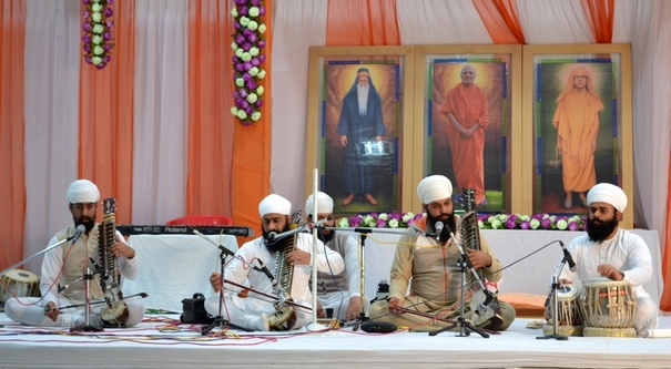 The accomplished group of Dr. Harvinder Singh from Shri Bhaini Sahib performed the traditional form of Gurmat Sangeet.