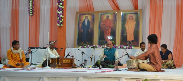 Kapil Bhai and other devotees from Dahod presenting a soul-stirring composition in Raag Darbari Kanhara.