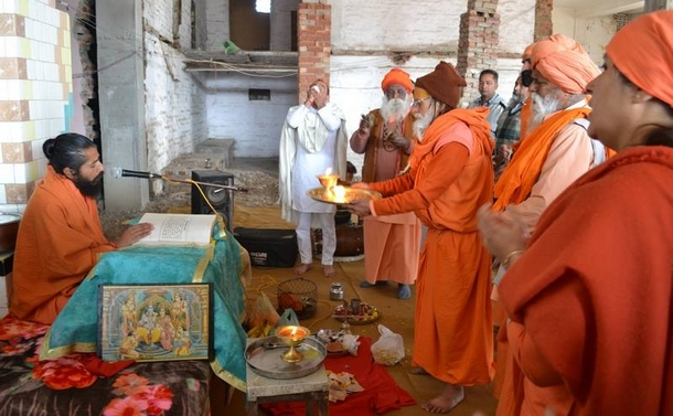 Swamiji reading from the works of Swami Dayalu Puri Ji to commemorate the Nirvana Divas.