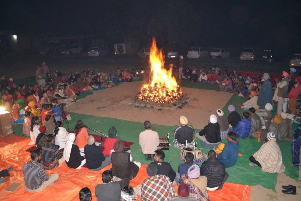 Like every year, devotees had gathered around once again to celebrate 'LOHRI'. It began with Sadhvi Ji's brief introduction about the importance of this festival especially from a Sadhak's perspective.